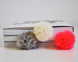 de jolis pompons pour des livres qui ont du style