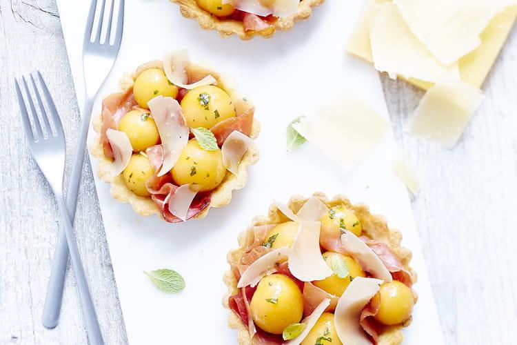 Tartelettes d'été Sbrinz AOP au melon, à la menthe, au jambon Serrano et à la vinaigrette d'orange