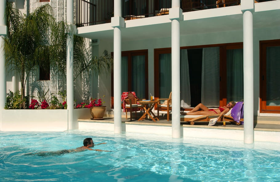La terrasse d'une suite en bord de piscine