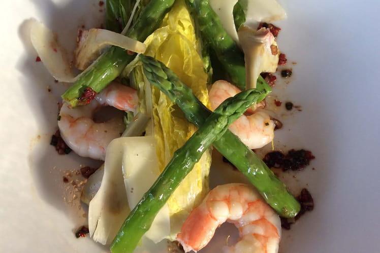 Cœur de Romaine aux asperges vertes, artichauts et crevettes