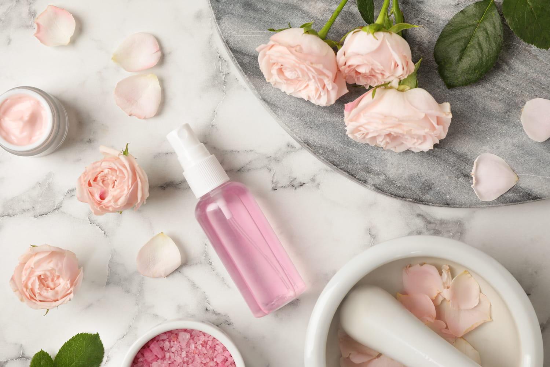 L'eau de rose, le secret beauté naturel pour une peau parfaite?