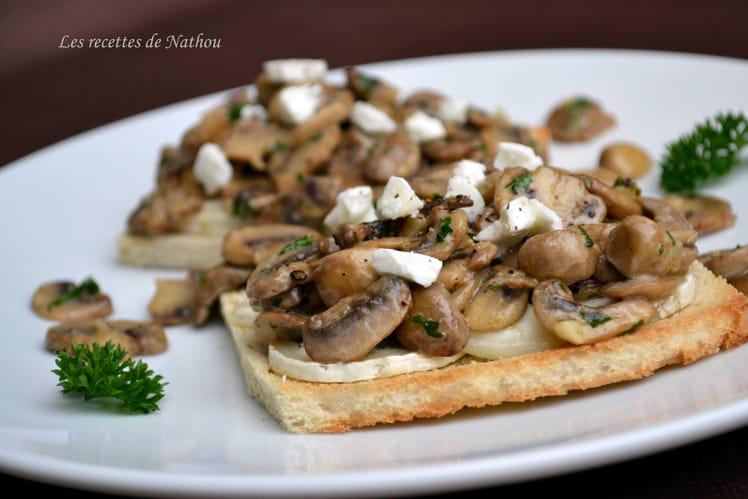 Toasts aux champignons de Paris, balsamique et fromage de chèvre
