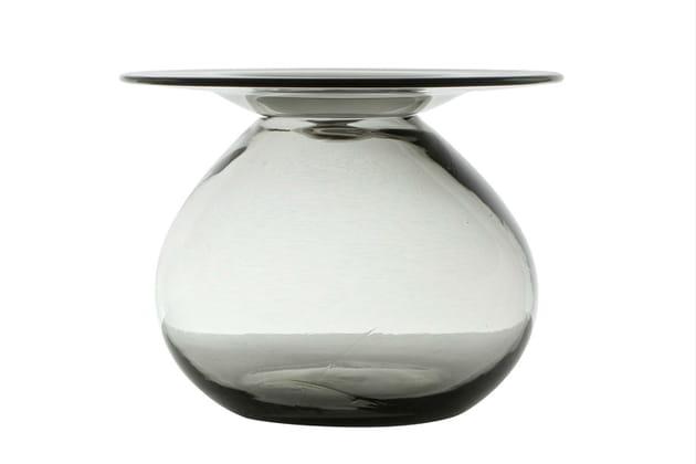 Une table basse en verre fumé