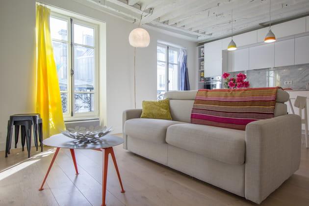 Un salon agrémenté de couleurs