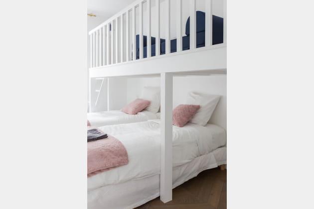 Une chambre avec des lits séparés