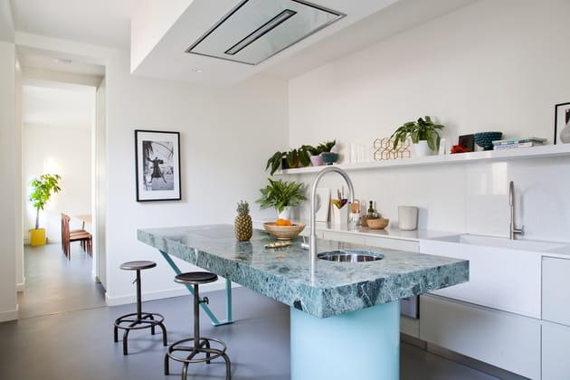 Une cuisine ouverte avec îlot coloré