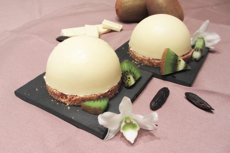 Dômes chocolat blanc, mousse à la fève de tonka et coeur coulant de kiwi