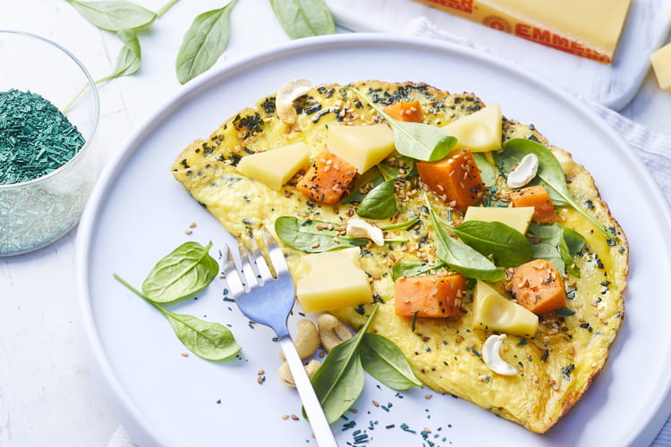 Omelette spiruline, pousses d'épinards et dés d'Emmentaler
