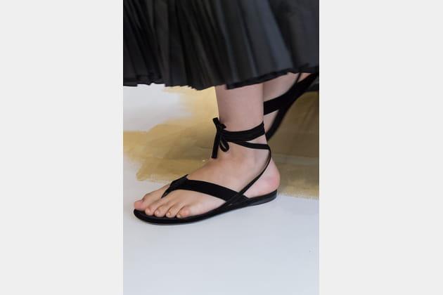 Les tongs lacées du défilé Christian Dior