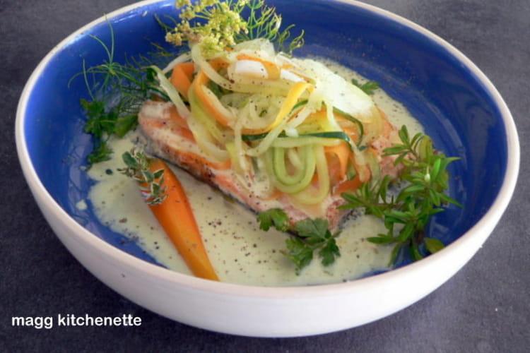 Saumon en julienne de légumes, sauce au curry doux.