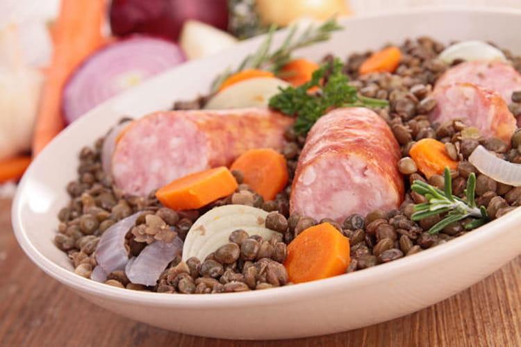 Recette de saucisses aux lentilles du puy - Cuisiner des saucisses fumees ...