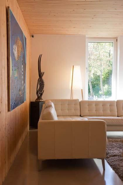 Un salon blanc et bois