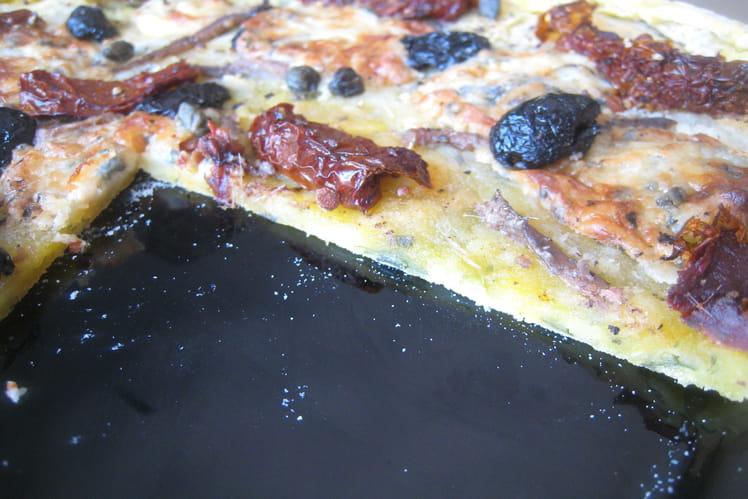Pizza pâte de pommes de terre et garniture du sud