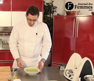 le chef roucheteau rectifie l'assaisonnement de la soupe avant qu'elle