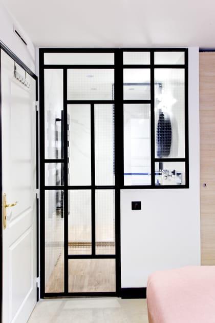 Une porte-verrière dans la salle de bains