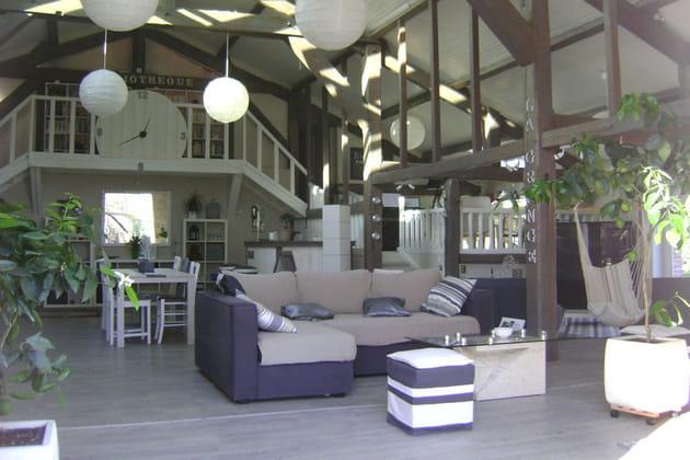 Salon lumineux et salle à manger spacieuse