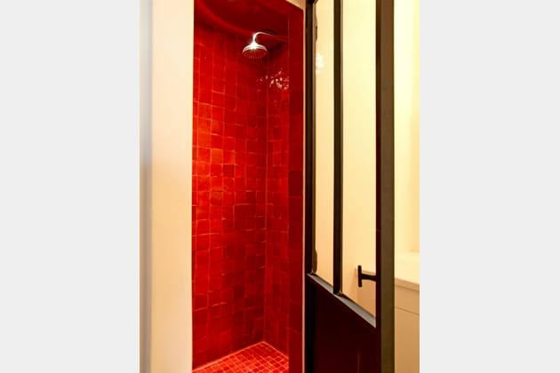 Le rouge réveille la salle de bains