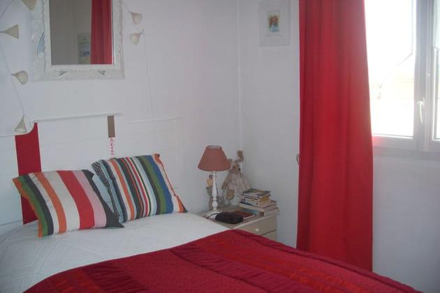 une chambre en rouge et blanc. Black Bedroom Furniture Sets. Home Design Ideas