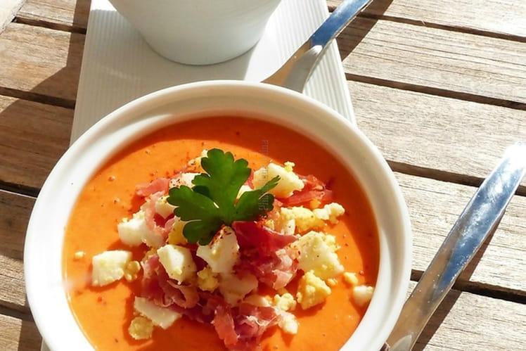 Salmorejo ou soupe froide andalouse aux tomates, oeuf et jambon ibérique