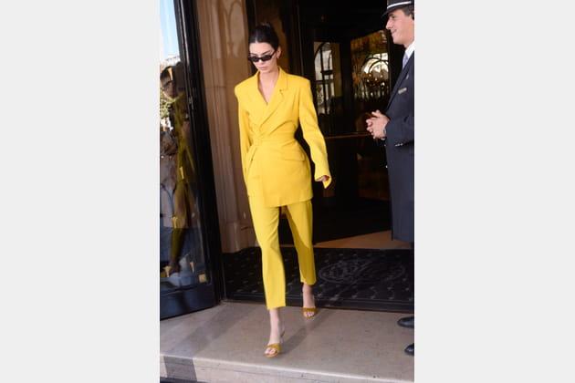 Kendall Jenner en costume jaune citron