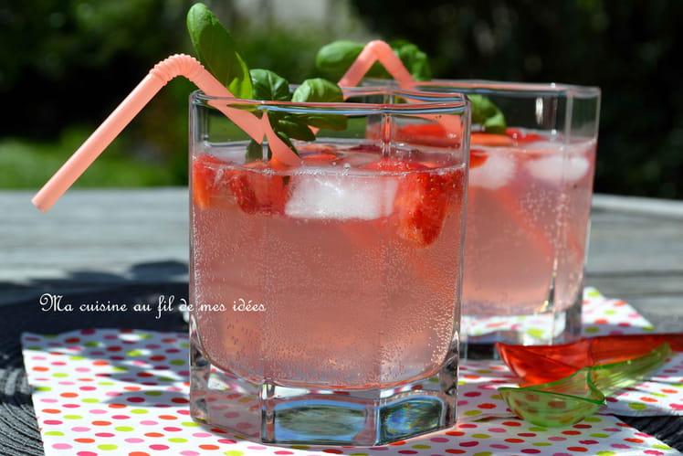 Cocktail de vodka et cidre aux fraises et citron vert