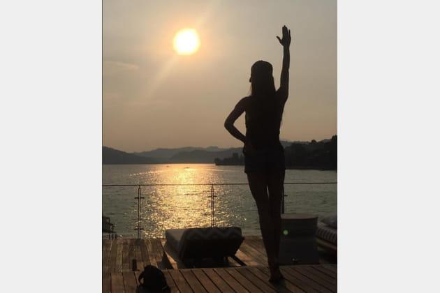 Victoria Beckham salue le soleil