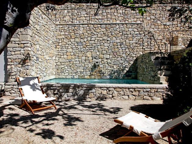 Une piscine nature en pierre