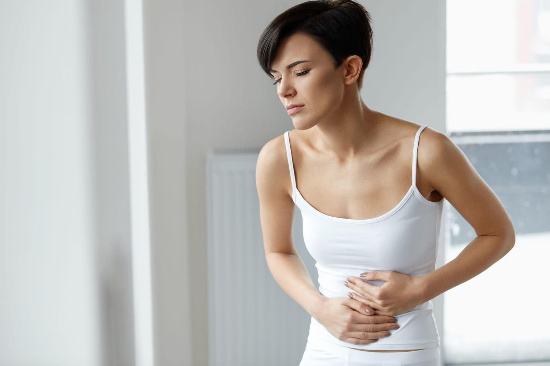 Crampe abdominale: cause, sport, règles, remède, que faire?