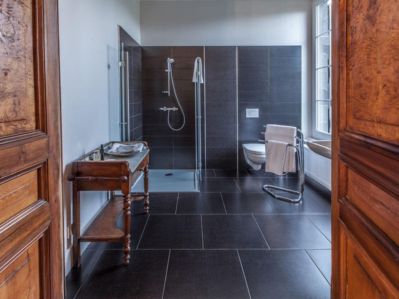 Salle de bains noir et bois for Salle de bain noir et bois