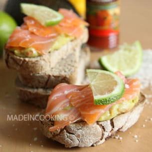 toasts au guacamole et au saumon