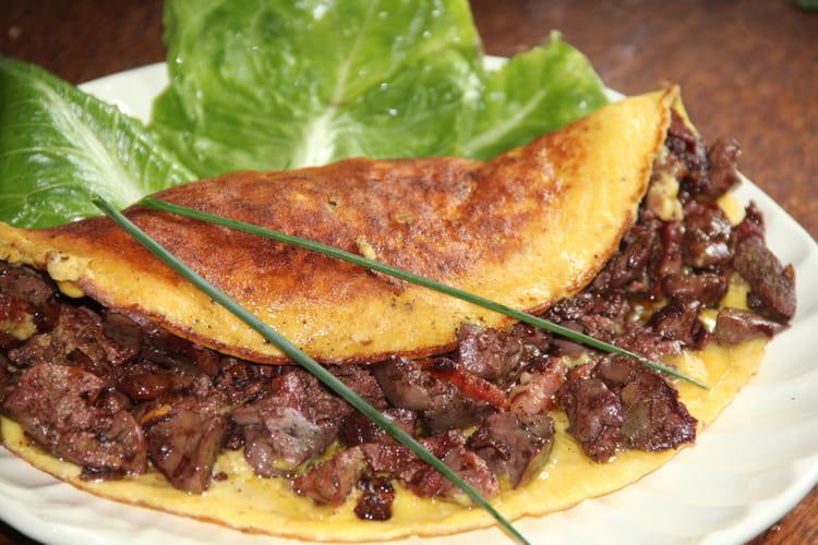 Omelette aux foies de volaille confits, échalotes, moutarde et balsamique