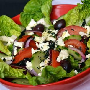 salade à la grecque, vinaigrette au citron et à la spiruline