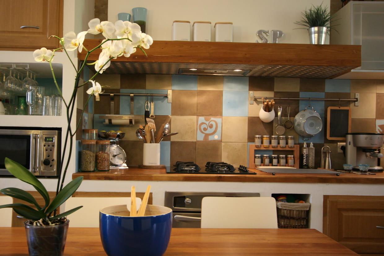 cr dence en carreaux de ciment. Black Bedroom Furniture Sets. Home Design Ideas