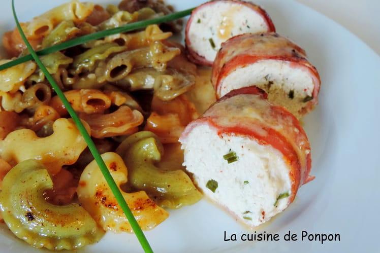 Mousse de poulet bardée de fines tranches de lard accompagnée d'une sauce au soumaintrain