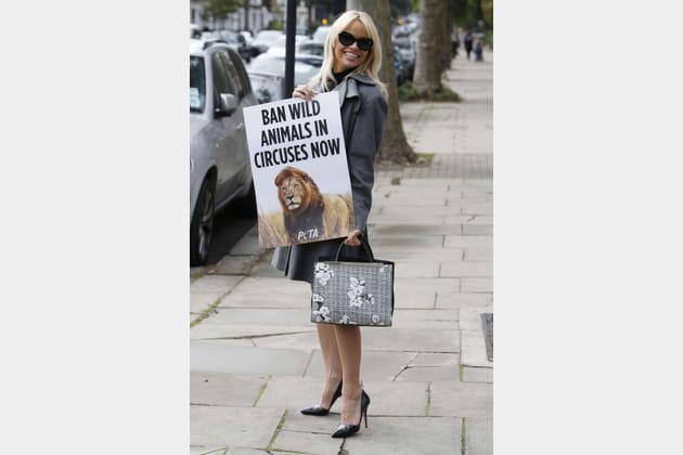 Pamela Anderson a un nouvel accessoire en forme d'affiche