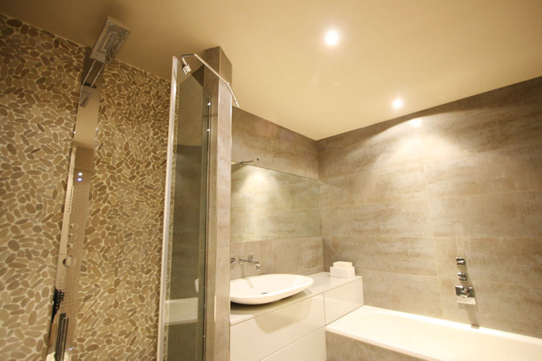 des galets dans la salle de bains. Black Bedroom Furniture Sets. Home Design Ideas