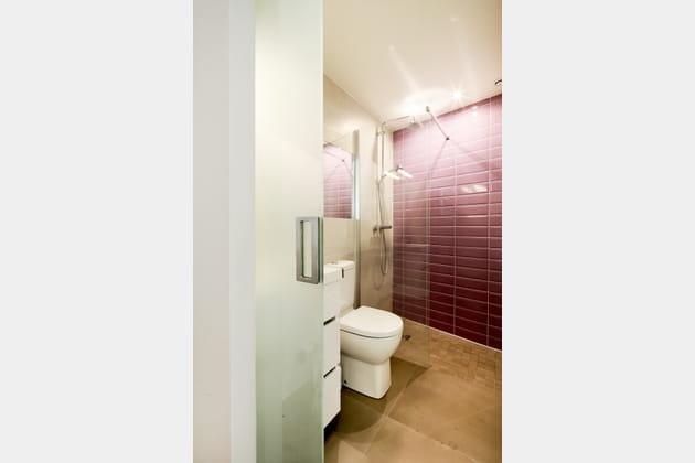 Une salle de bains élégante et fonctionnelle