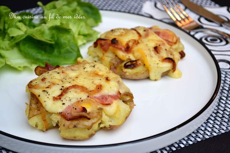 Pommes de terre tapées au fromage à raclette, lard fumé et oignons grillés