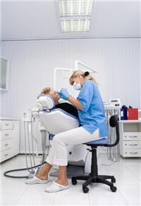le détartrage consiste à nettoyer les dents des colorations liées au mode de vie