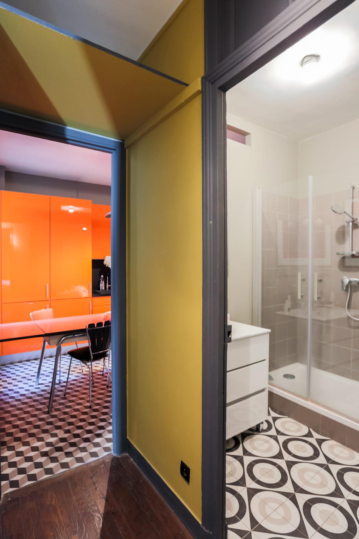 une salle de bains lumineuse. Black Bedroom Furniture Sets. Home Design Ideas