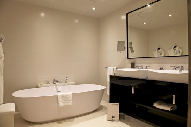 Une salle d\'eau spacieuse et lumineuse