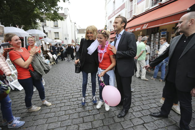 En promenade à Montmartre, le couple se mêle aux passants