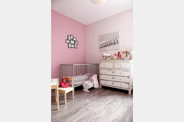 Une chambre de bébé rose