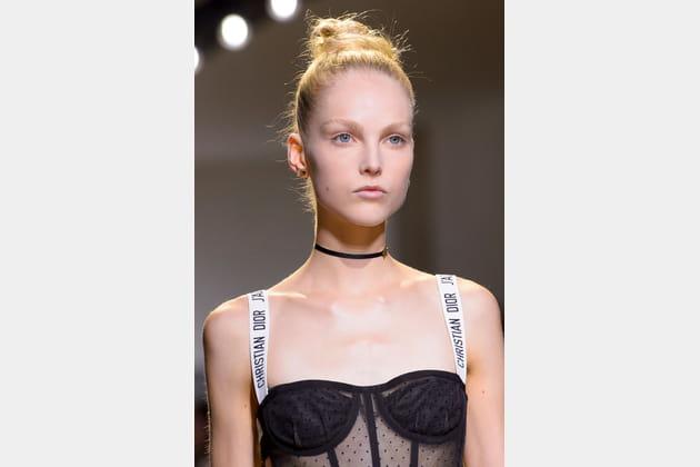 Les bretelles à message du défilé Christian Dior