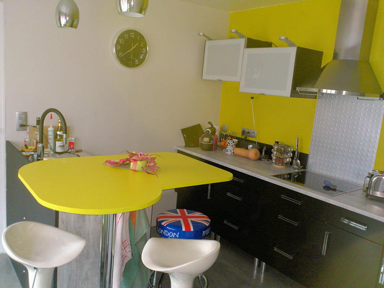 une cuisine jaune dynamique. Black Bedroom Furniture Sets. Home Design Ideas