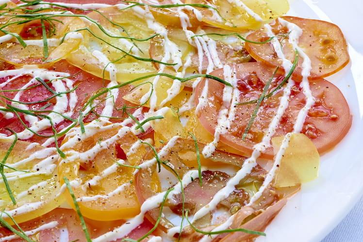 Carpaccio de tomates, crème fraîche aux quatre épices et oseille