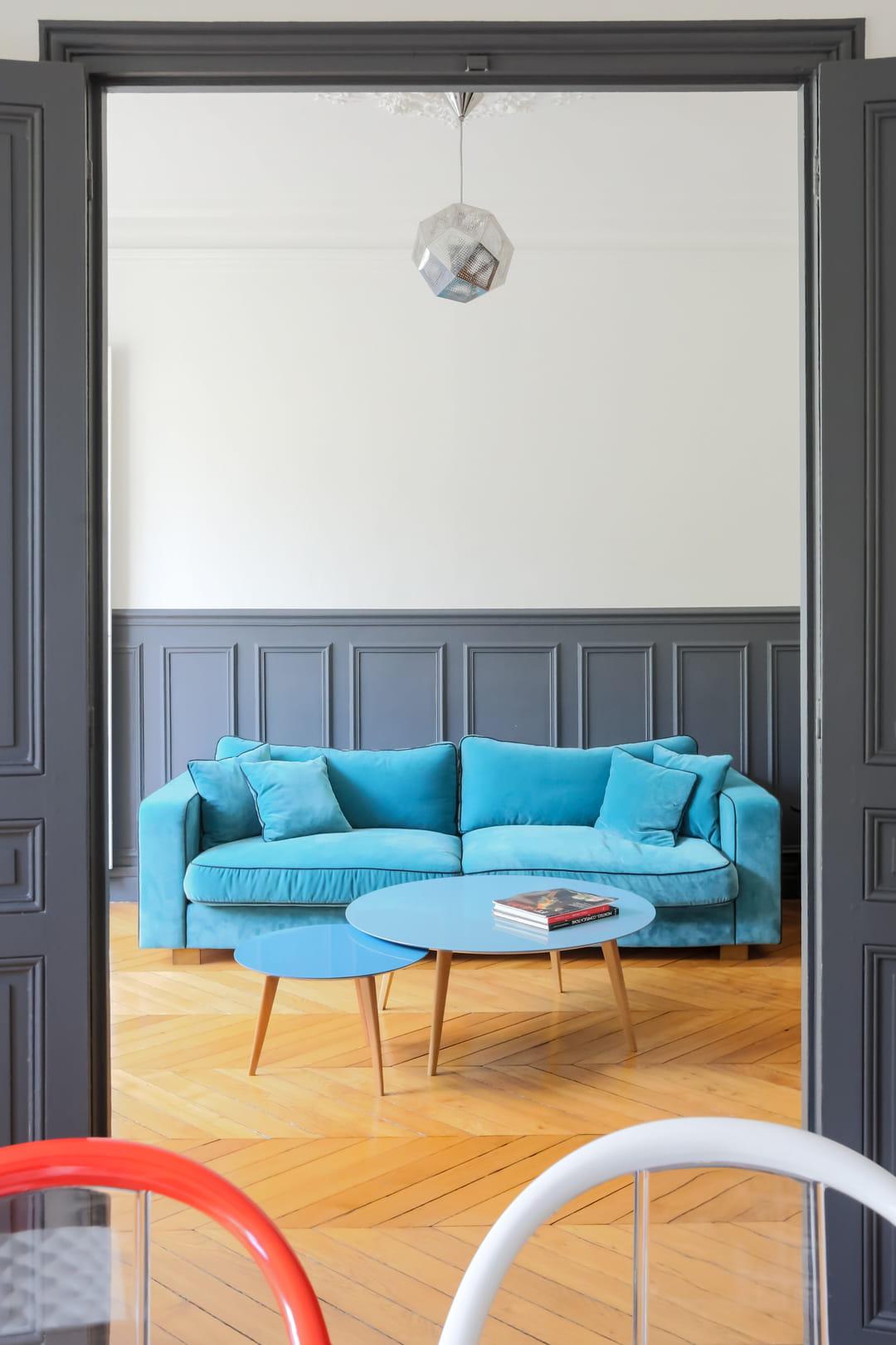 canape-bleu-turquoise-et-boiseries-grises