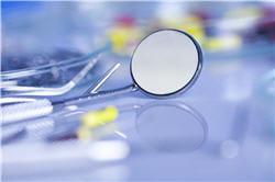 la fluorose dentaire se manifeste le plus souvent par de petites taches blanches