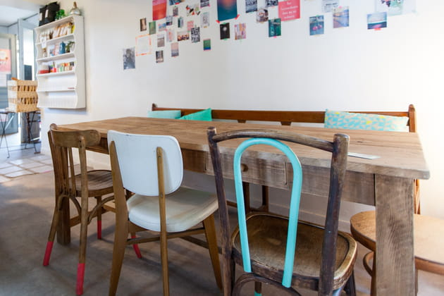 Des chaises dépareillées chinées
