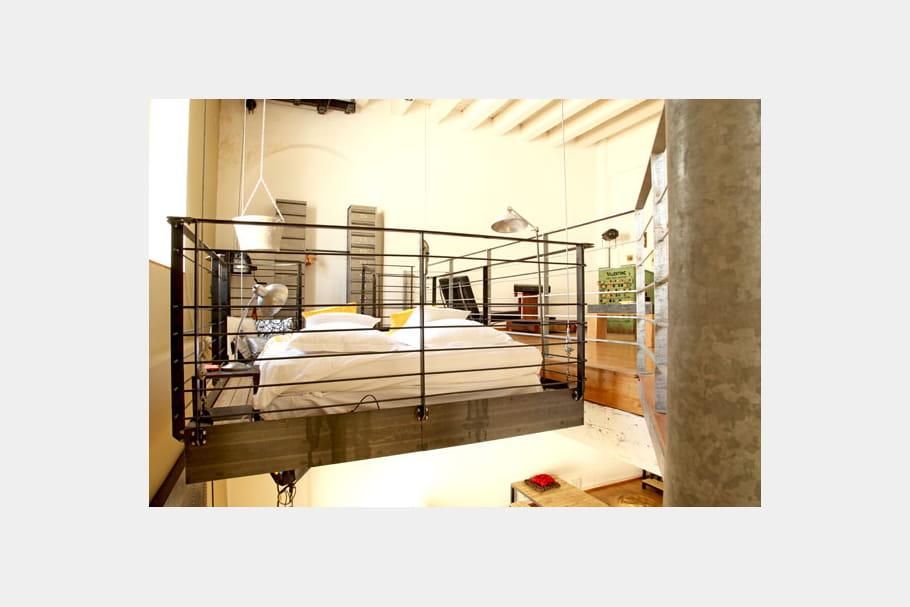 Un lit suspendu un loft la d co industrielle et r cup for Lit suspendu au plafond prix